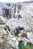 Djupfrysta vattenfall på den Plitvice nationalparken, Kroatien arkivfoton