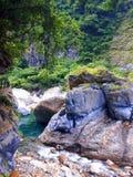 Djupt inom Taroko parkera Taiwan med floden royaltyfri fotografi