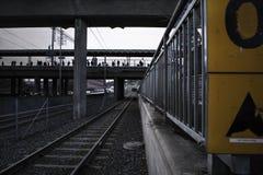 Djupt perspektiv av stänger på en spårvagnstation Arkivfoto