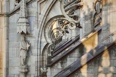 Djupt perspektiv till och med de gotiska bågarna av domkyrkaDuomodina Milano Arkivfoton