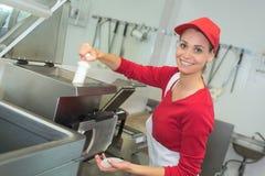 Djupt steka för arbetare i industriellt kök arkivbilder