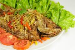 Djupt stekt fisk med söt chilisås i den vita maträtten Royaltyfri Bild