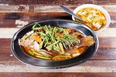 Djupt stekt fisk som överträffas med söt och sur sås thai mat Sel arkivfoto