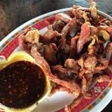 Djupt stekt marinerat griskött, thai mat Royaltyfri Bild