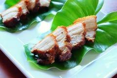 Djupt stekt strimmigt griskött med fisksås Arkivbild