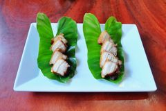Djupt stekt strimmigt griskött med fisksås Arkivbilder