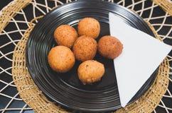 Djupt stekte bollar som göras från grönt banansammanträde på den svarta plattan, traditionell latin - amerikansk mat, flott tabel royaltyfria bilder