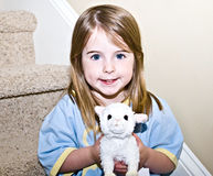 djur gullig stoppad flickaholding royaltyfri foto
