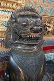 Djur Lion Historic Thai Metal skulptur, utomhus- garnering för forntida thailändsk docka i Wat Phra Si Rattana Satsadaram Fotografering för Bildbyråer