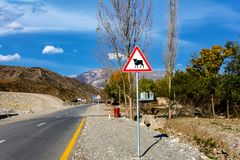 Djur på vägen, varnande tecken, bygd royaltyfria bilder