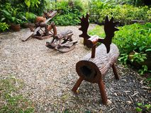 Djur träplats, vagga häst, träleksaker i trädgården arkivbilder