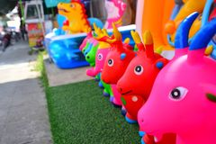 Djura dockor som göras av färgrikt gummi Royaltyfri Foto