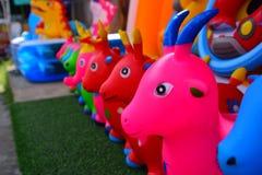 Djura dockor som göras av färgrikt gummi Arkivfoto