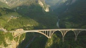 Djurdjevic most nad Tara rzeką w północnym Montenegro Powietrzny materia? filmowy zdjęcie wideo
