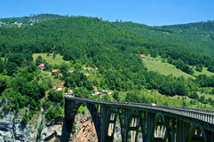 Djurdjevica Tara Bridge dans le canyon de rivière Tara, Monténégro Photographie stock libre de droits