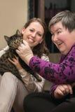 Djuret hjälpt terapeutiskt för ett handikapp framkallar kvinnan Arkivbilder