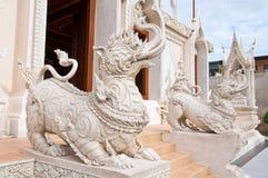Djuret i saga, blandningelefantlejon och orm tillsammans Arkivfoto