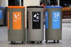 Dla śmieciarskiego rozdzielenia kolorów kubeł na śmieci Fotografia Royalty Free