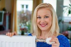 Kobieta robi izbowemu cooler zdjęcie royalty free
