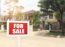 Dla sprzedaż nowego domu nieruchomości biznesowego znaka przed nowym Zdjęcie Stock
