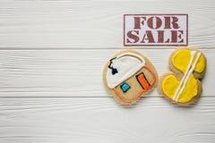 Dla sprzedaż realty temat i reklama ustawiać na biały drewniany tło Zdjęcie Stock
