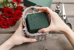 Dlaczego robić bukietowi róże w łozinowego kosza tutorial Obrazy Stock