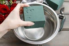 Dlaczego robić bukietowi róże w łozinowego kosza tutorial Fotografia Stock