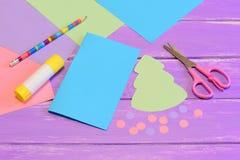 Dlaczego robić kartce bożonarodzeniowa od barwionego papieru krok Barwiony papieru set, nożyce, ołówek, choinka szablon, kleidło  Obraz Royalty Free