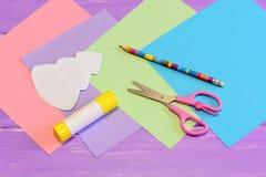 Dlaczego robić papierowej kartce bożonarodzeniowa krok Barwiony papieru set, nożyce, ołówek, choinka szablon, kleidło kij Obrazy Stock