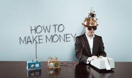Dlaczego robić pieniądze tekstowi z rocznika biznesmenem przy biurem obraz stock