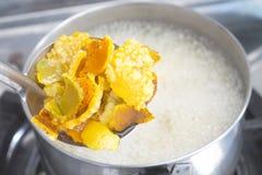 Dlaczego robić pomarańczowa łupa zielarski krok gotuje się n nierdzewny gorący garnek fotografia stock
