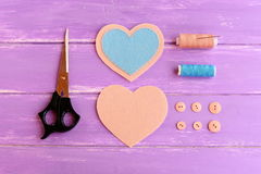 Dlaczego tworzyć serca odczuwanych rzemiosła krok Łączy błękitnych i beżu filc kawałki używać beżową nić Nożyce, nić, guziki, igł Fotografia Stock