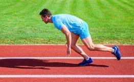Dlaczego zaczynać biegać Zwiększenie prędkości pojęcie Mężczyzna atlety biegacza pchnięcie z zaczyna pozycji stadium ścieżki słon obrazy stock