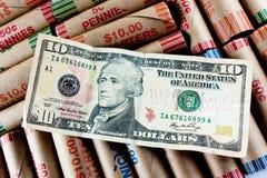 Dólar Bill de diez en los abrigos de la moneda Imágenes de archivo libres de regalías