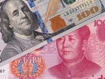 Dólar de EE. UU. y billetes de banco chinos del yuan, intercambio de moneda, dinero c Imágenes de archivo libres de regalías
