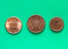 Dólares, euro y libras - 1 centavo, 1 penique Fotos de archivo libres de regalías