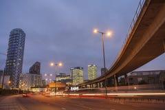DLR с канереечным причалом, на дороге стоковая фотография rf