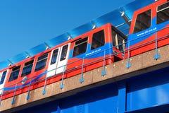 DLR-trein op een heldere dag in Londen Royalty-vrije Stock Foto
