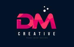 DM D M与紫色低多桃红色三角概念的信件商标 免版税库存照片
