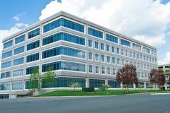 DM formée par cube moderne de parking d'immeuble de bureaux Images libres de droits