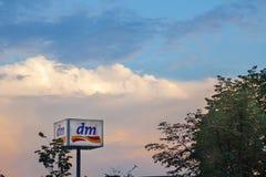 Dm-logoen på en av deras shoppar i mitten av Belgrade Är DM-drogerie markt en kedja av detaljister som säljer skönhetsmedel Arkivfoton