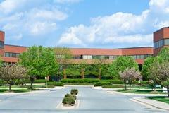 DM suburbana EUA das árvores novas do prédio de escritórios do tijolo Fotografia de Stock Royalty Free