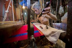 DM Vola 50 anos um trabalhador do tear de mão de Benarashi Palli Foto de Stock