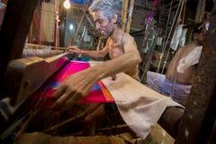 DM Vola 50 anos um trabalhador do tear de mão de Benarashi Palli Fotos de Stock