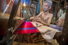 DM Vola 50 anos um trabalhador do tear de mão de Benarashi Palli Fotografia de Stock