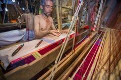 DM Vola 50 anos um trabalhador do tear de mão de Benarashi Palli Imagens de Stock