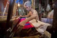 DM Vola 50 ans un travailleur de métier à tisser de main de Benarashi Palli Image libre de droits
