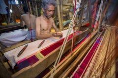 DM Vola 50 ans un travailleur de métier à tisser de main de Benarashi Palli Photo stock