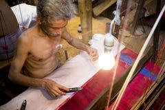 DM Vola 50 ans un travailleur de métier à tisser de main de Benarashi Palli Photos libres de droits
