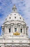 Dôme de capitol d'état du Minnesota et manganèse de rue Paul de chevaux Photographie stock